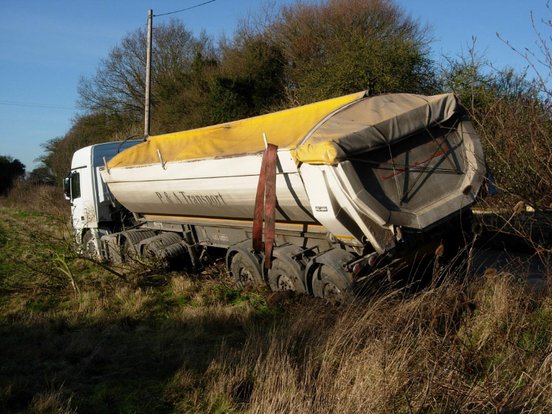 Lorry Slips off ThruppLlane (c) Sue Calvert-Fisher